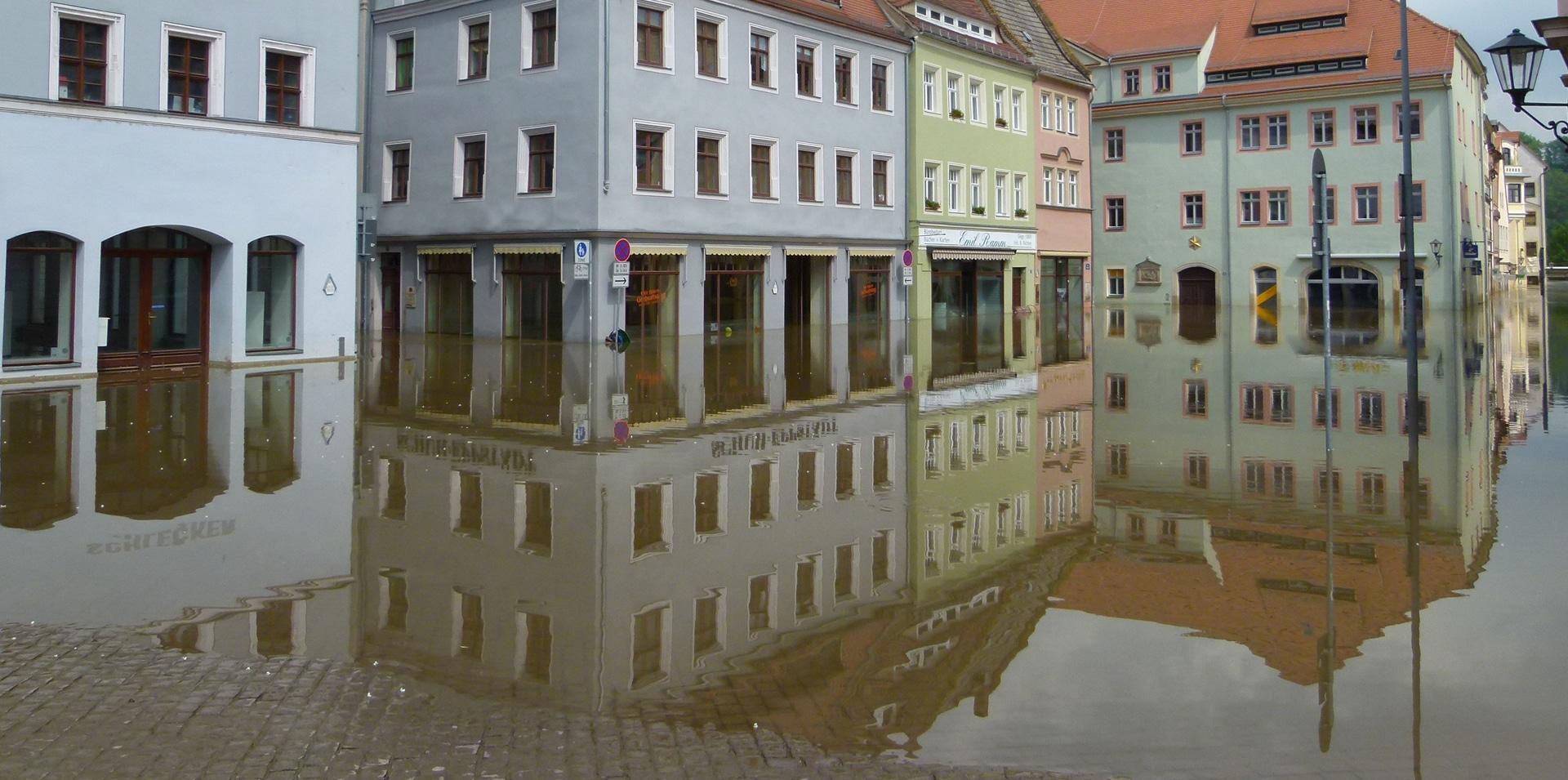Überflutete Marktplätze nach Starkregenereignissen machen eine Neuentwicklung des Regenwassermanagement notwendig.
