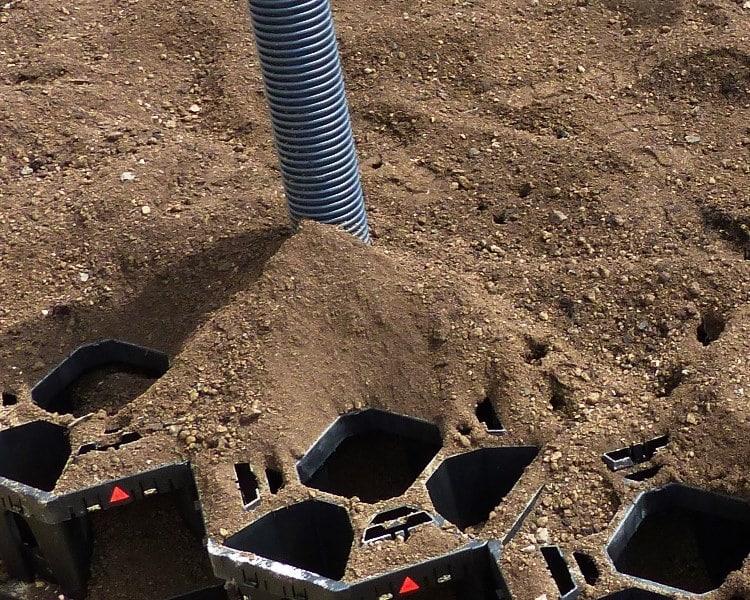 ArborStrat bei der Eingfüllung in die StrataCell Baumgrube
